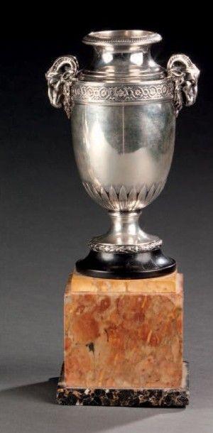 Petit vase en argent de forme balustre à...