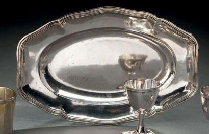 Petit plat ovale (probablement pour une saucière)...