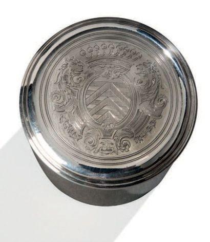 Boîte à onguent ou boite de nécessaire en argent uni. Le couvercle gravé d'armoiries...