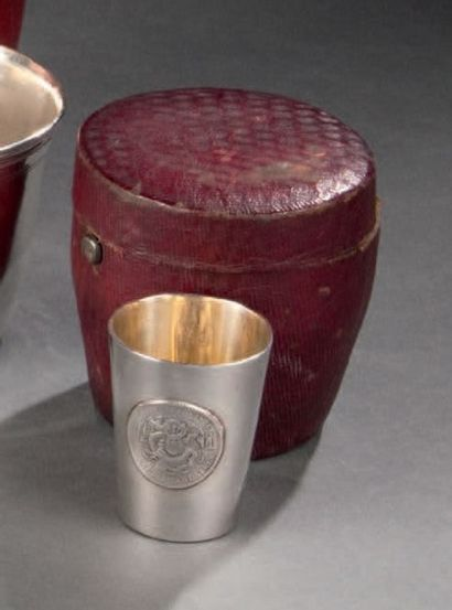 Etui en maroquin contenant un petit gobelet en argent. Poids: 38 g. Accidents