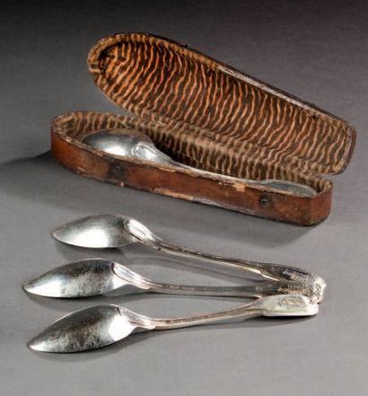 Suite de six cuillères à thé en argent, modèle filets. Armoiries coiffées de couronnes...