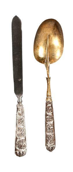 Un couteau et une cuillère à manche filigranné, cuilleron en vermeil et lame en...