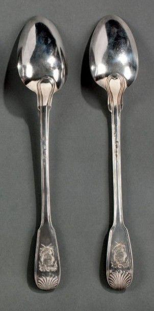 Deux cuillères à ragoût en argent, modèle à filets et coquilles. Spatules gravées...