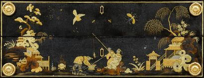 Exceptionnelle commode à décor «au vernis» de chinoiseries or et argent à l'imitation...