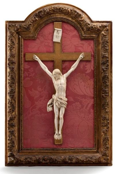 Christ en ivoire surmonté de l'inscription...