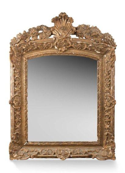 Miroir en bois sculpté et doré Fronton orné...