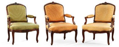 Suite de trois fauteuils à dossier plat En...