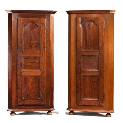 Paire d'armoires d'angle En chêne mouluré...