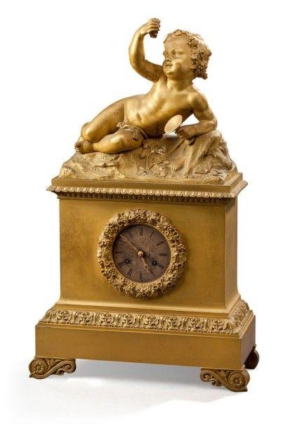 Pendule en bronze ciselé et doré représentant...