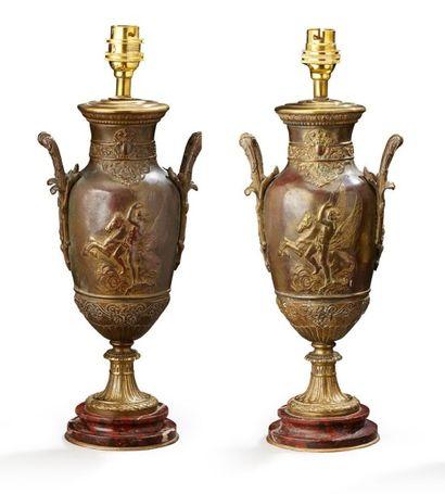Paire de vases en bronze ciselé, doré ou patiné, les cols à rangs de perles, les...