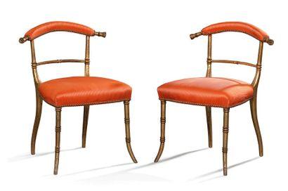 Paire de chaises basses en bois sculpté et...