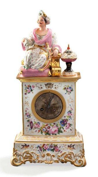 Belle pendule en porcelaine blanche à décor polychrome elle représente un jeune...