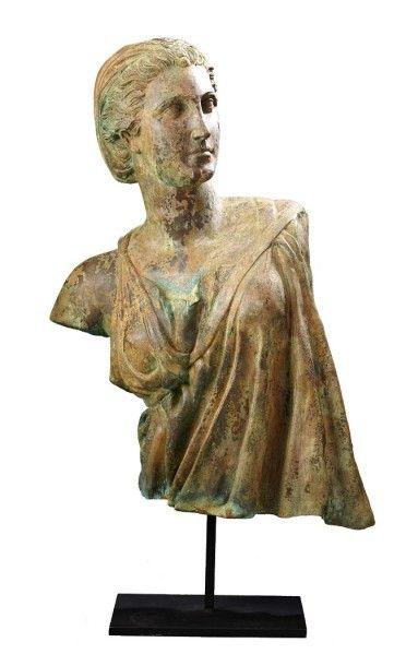 D'après l'antique Sculpture en bronze patiné...