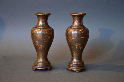 CHINE Paire de vases de forme balustre reposant sur 3 pieds, en bronze à décor de...