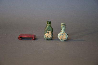 Lot de deux tabatières en pierre dure verte décorée de caractères chinois Travail...