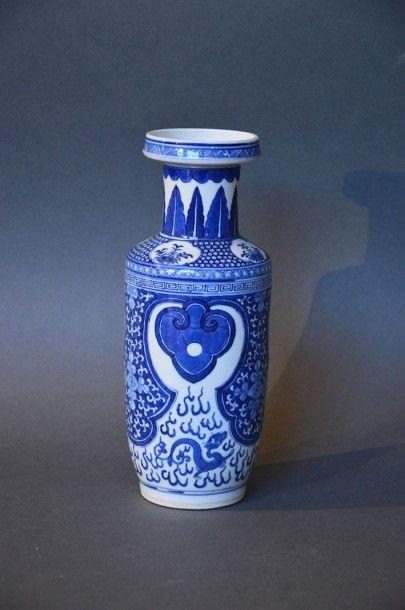 CHINE Vase marteau en porcelaine blanc bleu Fin XIXème siècle H: 26 cm (percé au...
