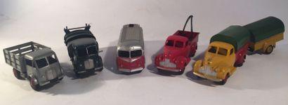 Lot de 5 DINKY TOYS comprenant un autocar...