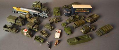 Lot de DINKY Toys militaires
