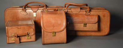 Set de trois valises et un vanity de marque...