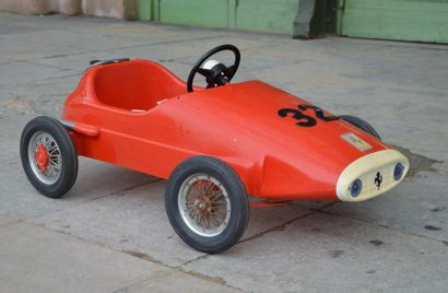 Voiture à pédales représentant une Ferrari...