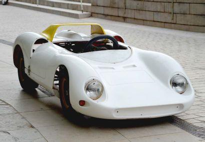 Mini Ferrari représentant une 330 P2 et équipée...
