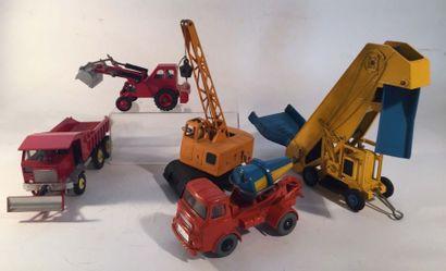Lot de 5 DINKY TOYS comprenant un camion...