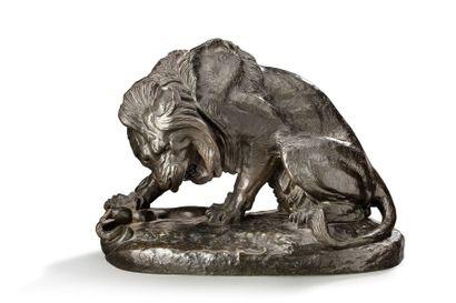 ANTOINE-LOUIS BARYE (1796-1875) Lion et un serpent Sujet en bronze à patine brune...