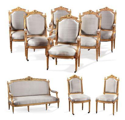 Important salon en bois doré mouluré et sculpté à riche décor de frises, guirlandes...