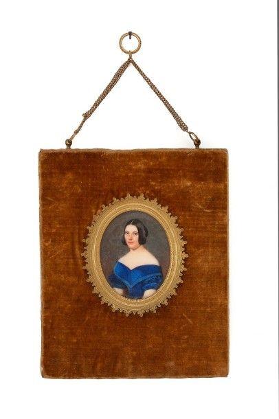 ECOLE FRANCAISE DU XIXème siècle Miniature sur ivoire Portrait de femme en robe bleue,...