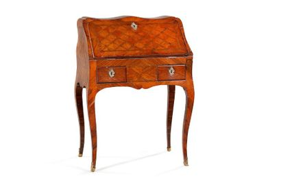 Bureau de pente en bois d'amarente à décor marqueté de losanges ouvrant à deux tiroirs...