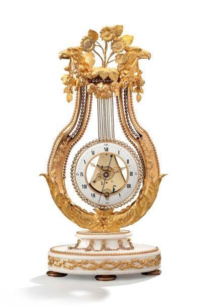 Pendule de forme lyre en bronze doré et marbre...