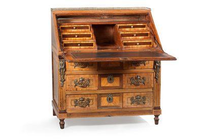 Commode scriban ouvrant à quatre tiroirs sur trois rangs en façade et un abattant...