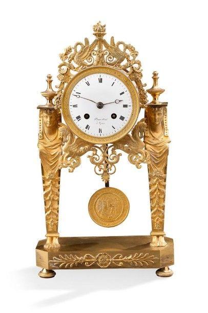 Pendule en bronze doré portique ciselé à décor de cariatide cygnes et sphinge et...