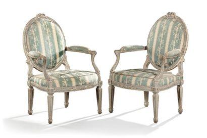 Paire de beau fauteuils médaillons en bois...