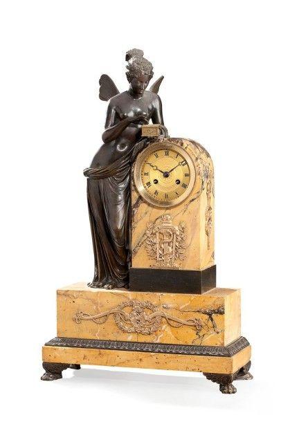 Pendule borne en marbre jaune veiné et bronze...
