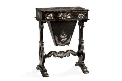 Table travailleuse en bois noirci et incrustation...