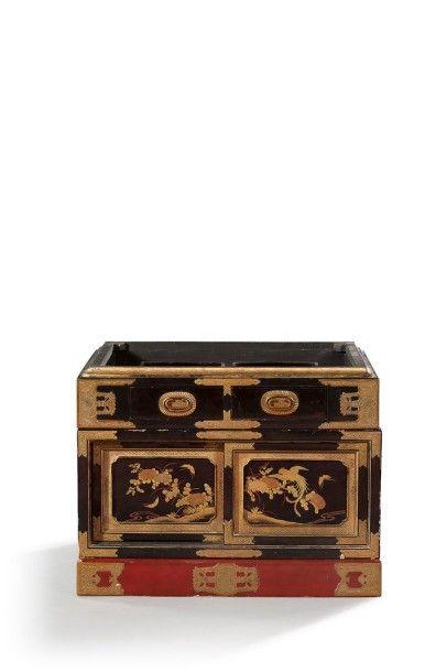 JAPON Butsudan en bois laqué noir et or, à décor de volatiles et branchages fleuris....