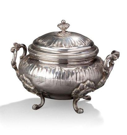 Sucrier couvert en argent à décor de motifs florals Poinçon Minerve Poids: 276 ...