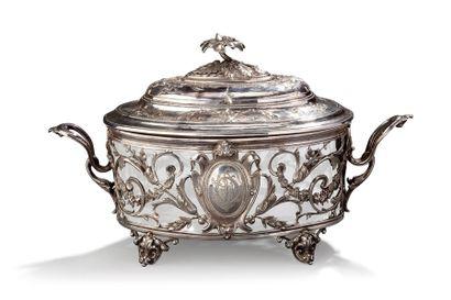 Sucrier en argent ciselé à décor de motifs floraux et médaillon, prise en forme...