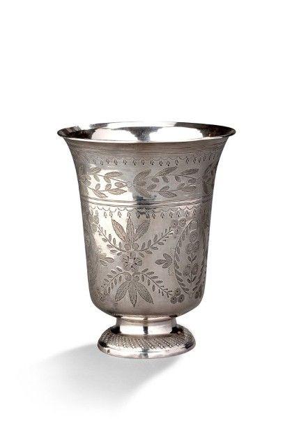 Timbale sur piédouche en argent godronné à décor ciselé de motifs floraux et végétaux....