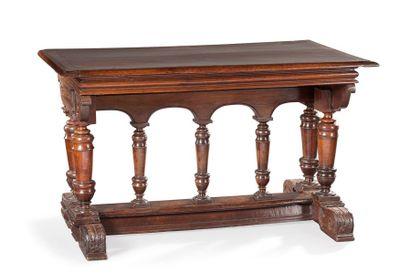 Belle table en bois naturel mouluré et sculpté....