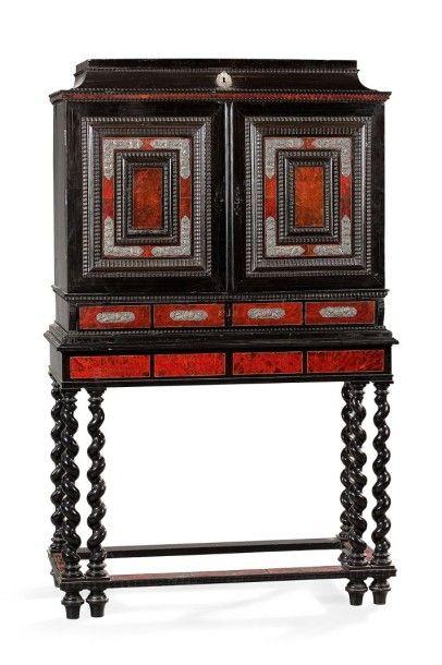 Cabinet en bois noirci et placage d'écaille...