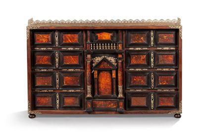 Cabinet à poser en placage de bois noirci et placage d'écaille à colonettes et décor...