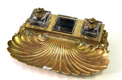 Encrier en bronze doré à décor de coquille...