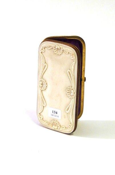 Boîte à cigares en ivoire à décor sculpté...