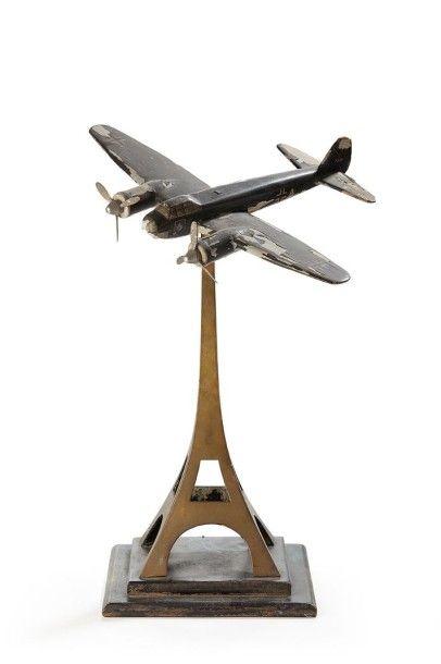Bombardier allemand surmontant la Tour Eiffel...