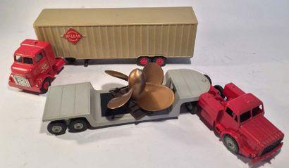 Lot de 2 camions DINKY TOYS comprenant un...