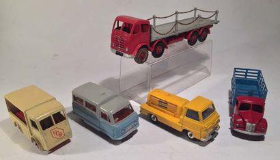 Lot de 5 camions DINKY TOYS comprenant un...