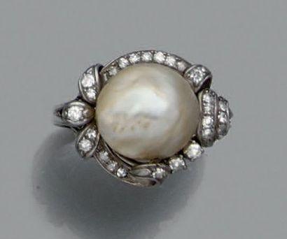 Bague en or gris ornée d'une perle fine dans...