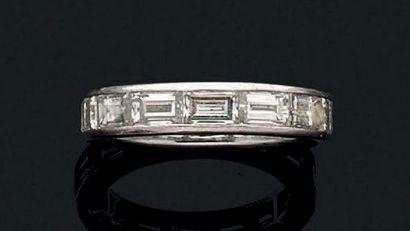Alliance en platine sertie de diamants baguettes....